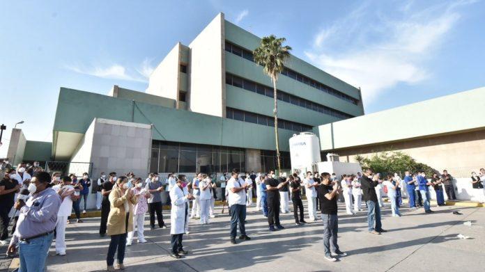 Médicos y trabajadores hospitalarios protestan este miércoles en el municipio de Monclova, en el estado de Coahuila. Foto de EFE/Gustavo Rodríguez